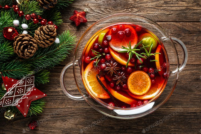 Weihnachtspunsch. Festliche rote Hot Toddy Cocktail, Getränk mit Preiselbeeren und Zitrusfrüchten