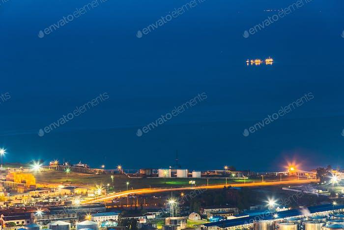 Batumi, Adjara, Georgia. Aéreo de paisaje urbano por la noche. Bl