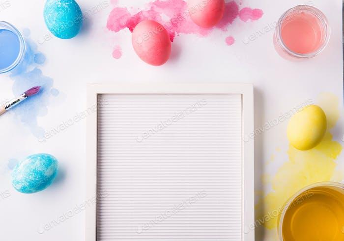 Bemalte Eier flach liegen auf einem weißen Hintergrund. Ostern und Frühling Komposition. Kopierraum.
