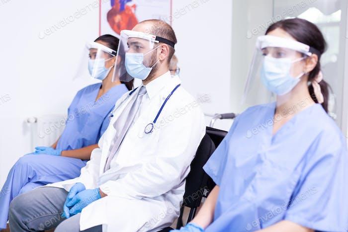 Medizinisches Personal mit Gesichtsmaske
