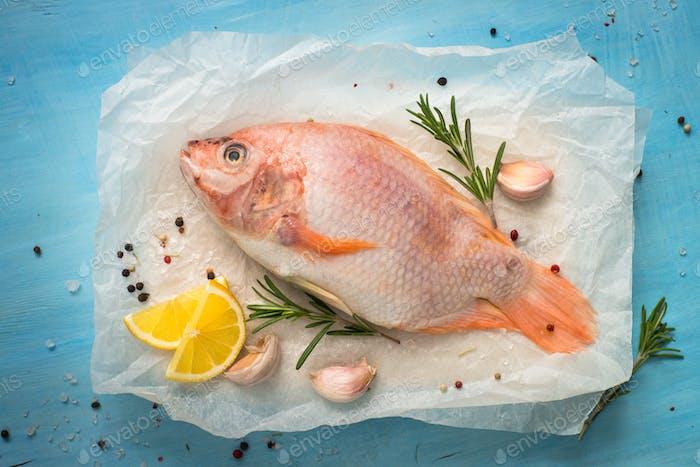 Frischer roher Fisch Tilapia.