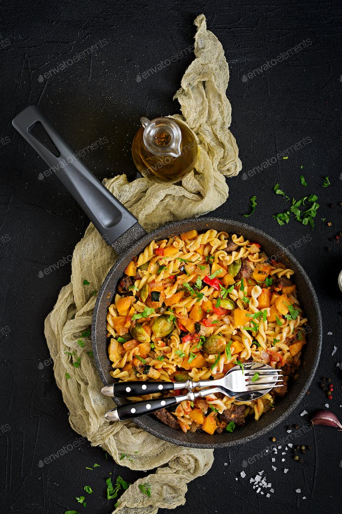 Fusilli vegetable paste with pumpkin, Brussels sprouts, paprika and liver pieces