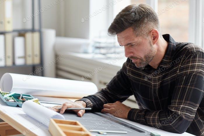 Ältere Architekt Arbeiten am Zeichentisch