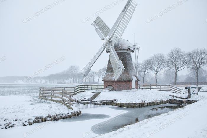 Niederländische Windmühle im Schnee