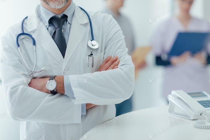 Selbstbewusster Arzt an der Rezeption