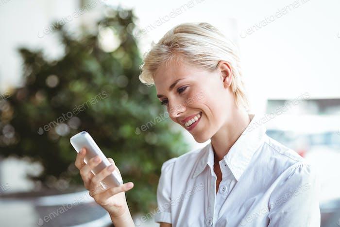 Mujer joven en el teléfono en el café