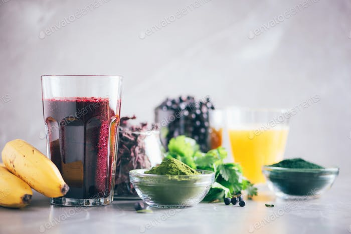Frische Heidelbeeren, Heidelbeere, Gerstengrassaft, Spirulina, Orangensaft, Dulse und Koriander auf