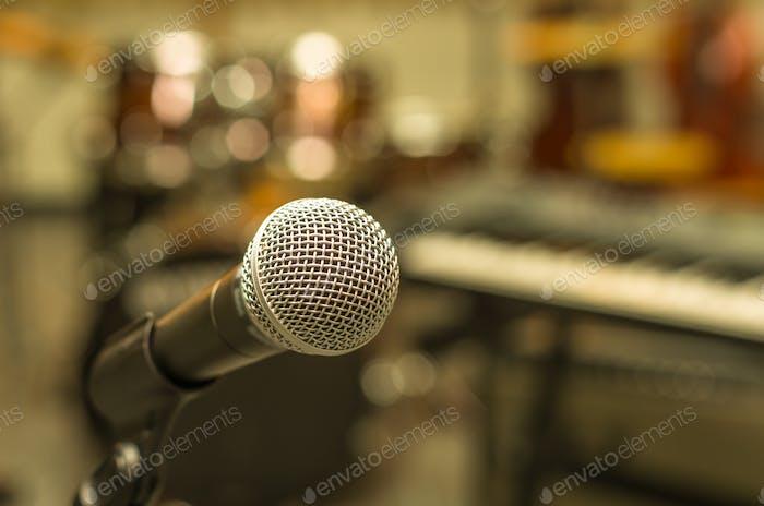 Nahaufnahme des Mikrofons auf verschwommenem Hintergrund des Musikers