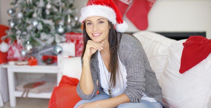 Lächelnd hübsche Frau feiert Weihnachten zu Hause
