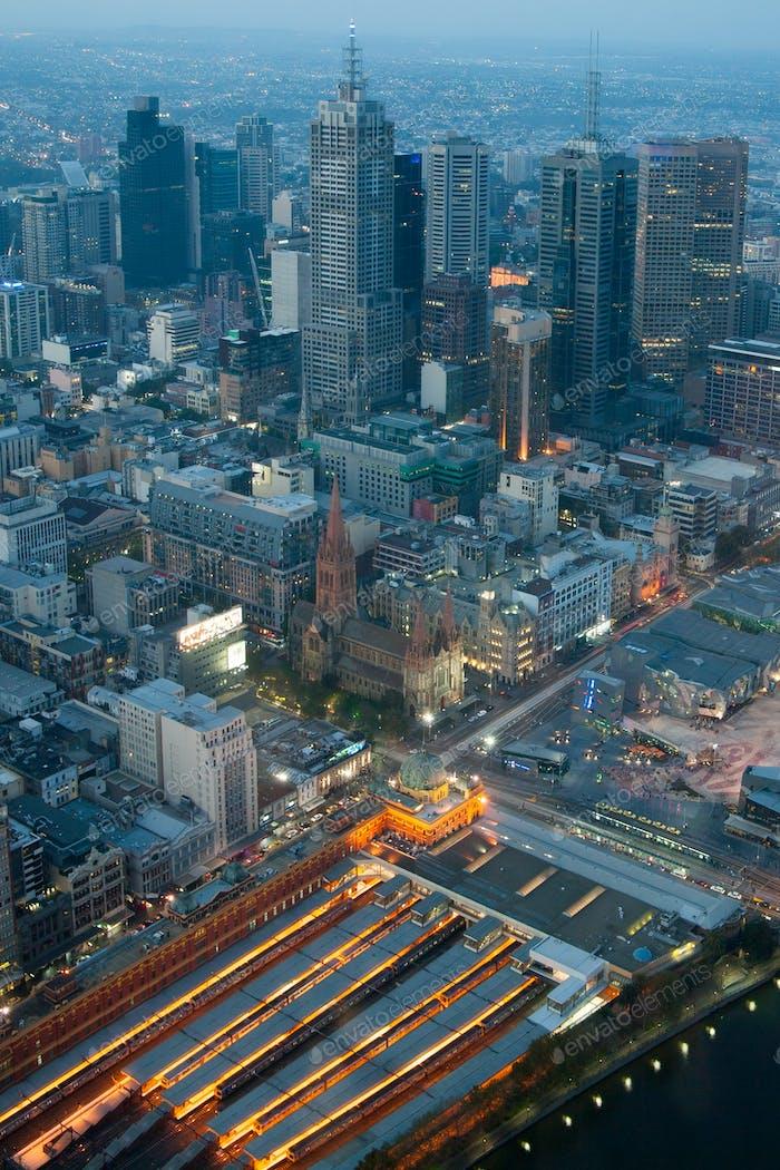 Skyline de Melbourne sobre la estación de Flinders St