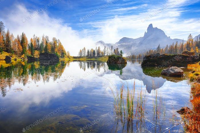 Fantastische Herbstlandschaft. Blick auf den Federa-See früh morgens im Herbst