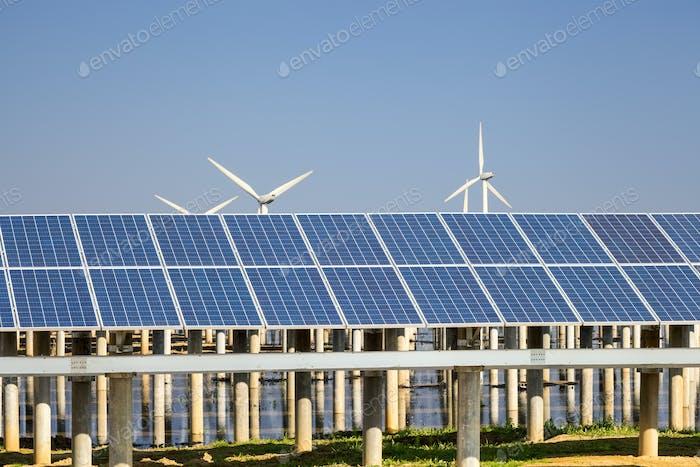 grüne Energie gegen einen blauen Himmel