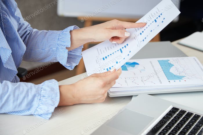 Geschäftsfrau Analyse von Dokumenten
