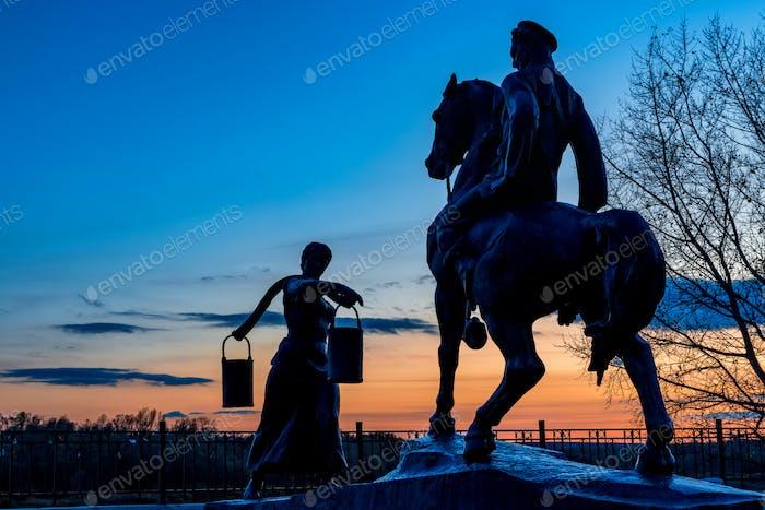 Aksinya und Grigory Melehov Denkmal bei Sonnenuntergang im Dorf Vyoshenskaya, Russland