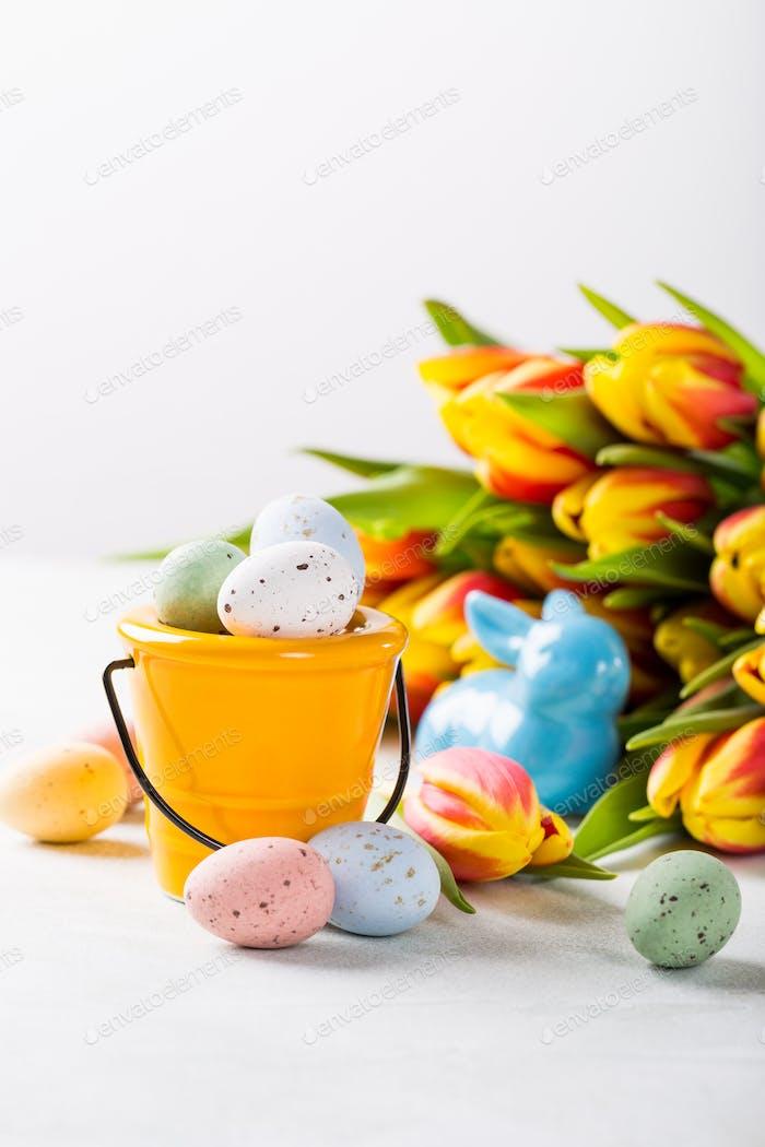 Osterkomposition mit Wachteleier und Tulpen