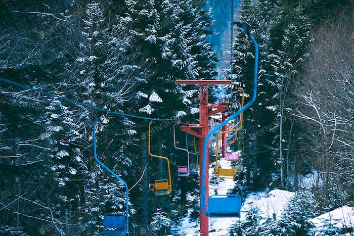Alter Vintage-Skilift mit bunten Stühlen