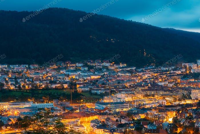 Luftbild Stadtbild Bergen vom Berggipfel, Norwegen