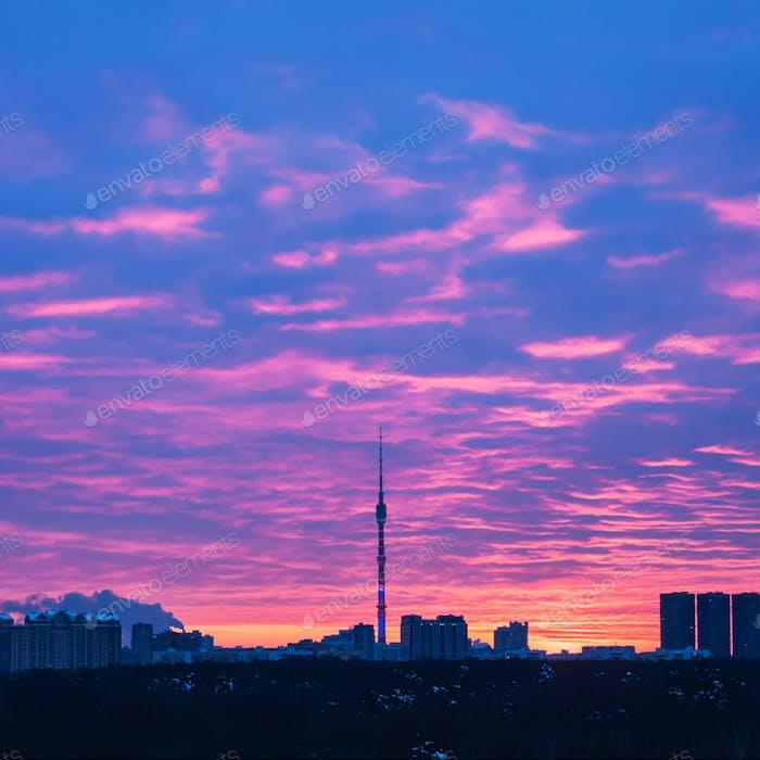Moskauer Skyline mit Fernsehturm bei Sonnenaufgang