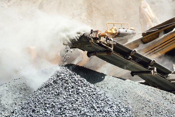 Details des Steinbrechers im industriellen Gestein und Marmorbruch. Granit Felsen Brecher