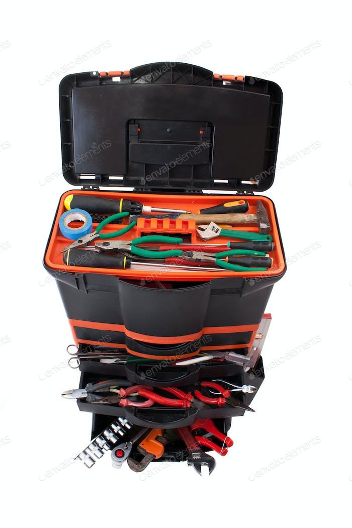 Werkzeugkiste mit Werkzeugen öffnen
