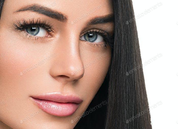 Frau gesunde Haut Wimpern Erweiterung Schönheit natürliche Make-up Kosmetik Alter Konzept. Isoliert auf Weiß.