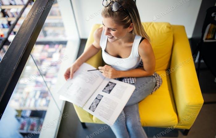 college frau studieren in die bibliothek suchen glücklich