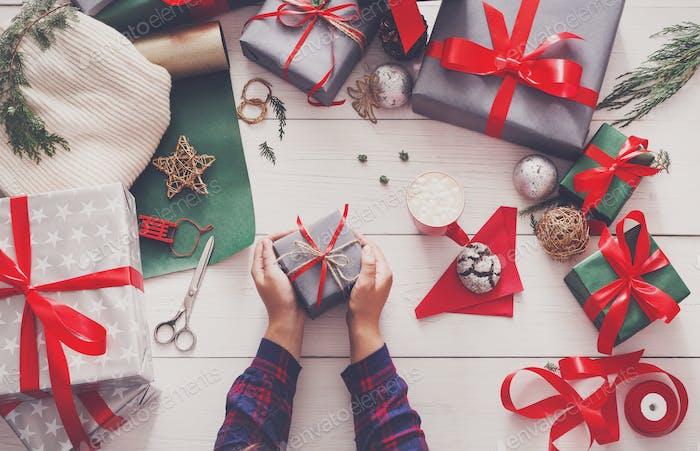 Kreatives Hobby. Wrapping moderne handgefertigte Weihnachtsgeschenk Box