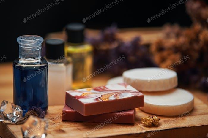 Шампунь и мыльные изделия на деревянной доске