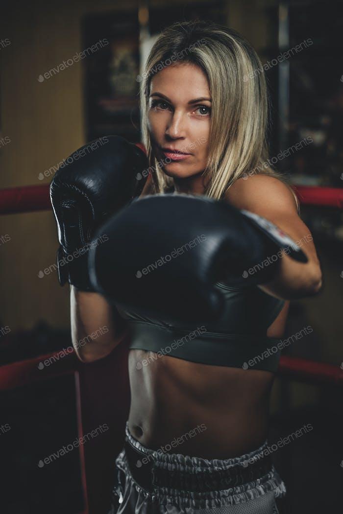 Retrato de boxeador femenino experimentado