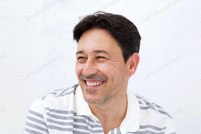 Älterer Mann wegschauen und lächelnd auf weißem Hintergrund