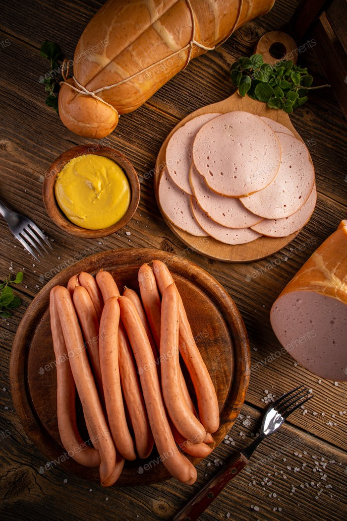 Poultry cold cuts and hot dog sausages