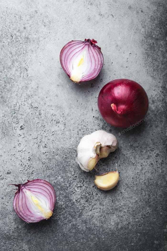 Cebollas rojas y ajo