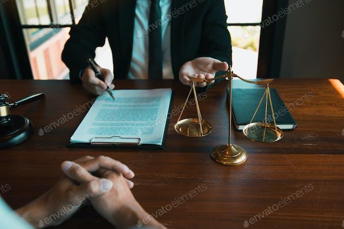 Wirtschaftsanwalt beratt derzeit das Gerichtsverfahren des Kunden in der Anwaltskanzlei.