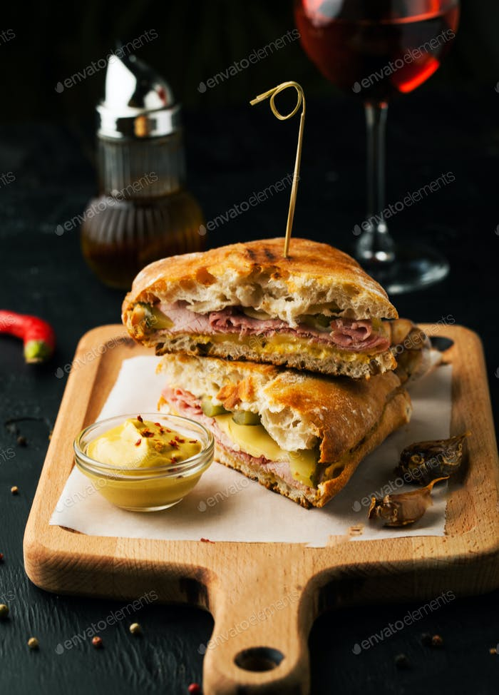 Delicioso sándwich con tocino, queso y mostaza