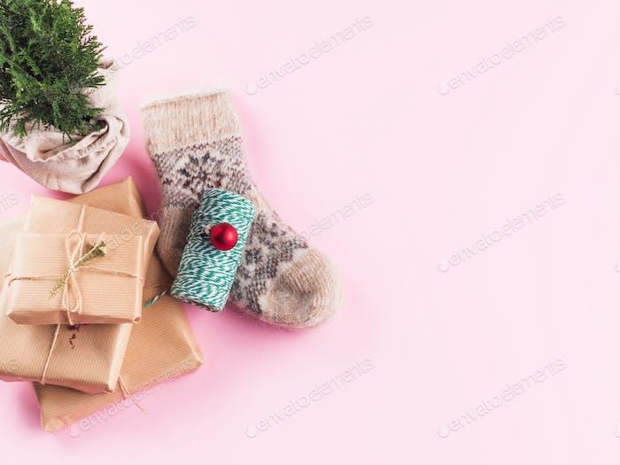 Minimale Weihnachts-Wohnung mit kuscheligen Socken auf rosa