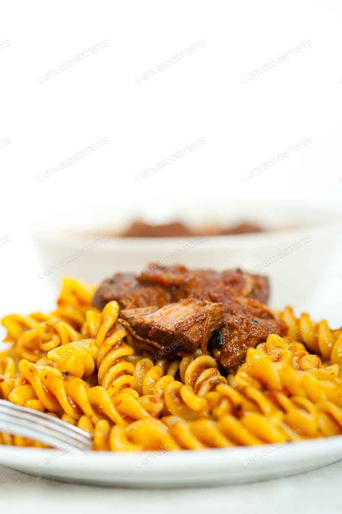 Fusilli-Nudeln mit Ragu-Fleisch-Sauce im neapolitanischen Stil