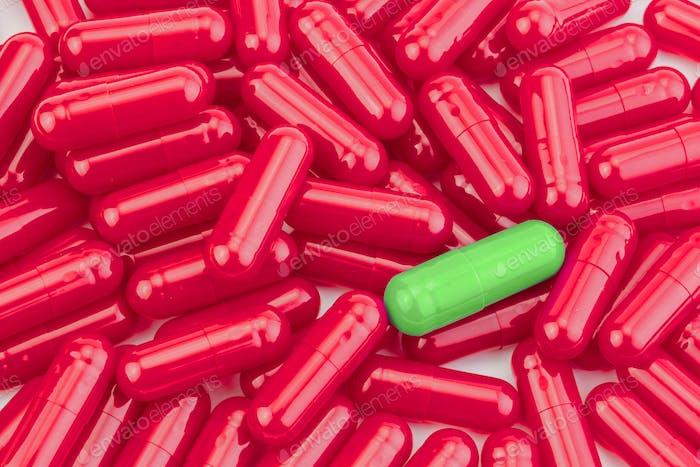 Viele Medikamente rote Pillen Kapseln von verschiedenen Farben