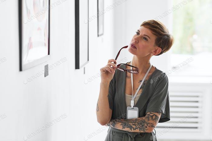 Elegante Frau Verwaltung Kunstgalerie