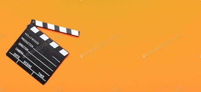Filmschinde auf orangefarbenem Hintergrund, Banner, Draufsicht