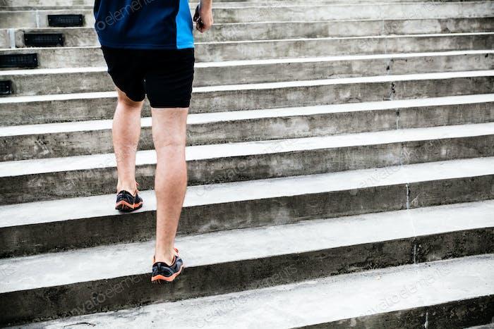Hombre corriendo en las escaleras, entrenamiento