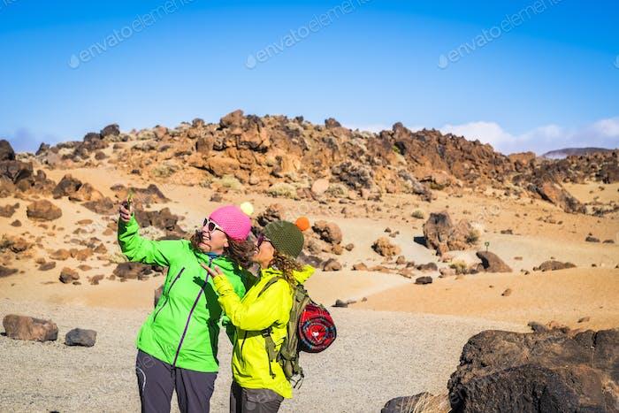 Trekking und Outdoor-Bergausflug Menschen Aktivität