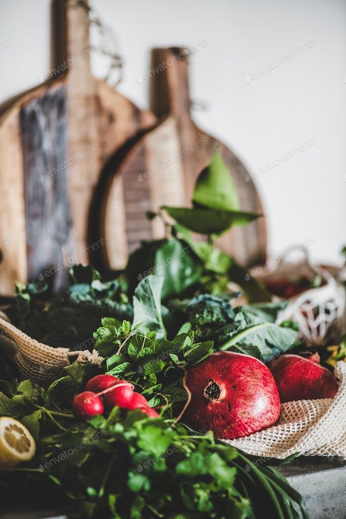 Obst, Gemüse, Nuss, Grüns über grauem Beton Küchentheke