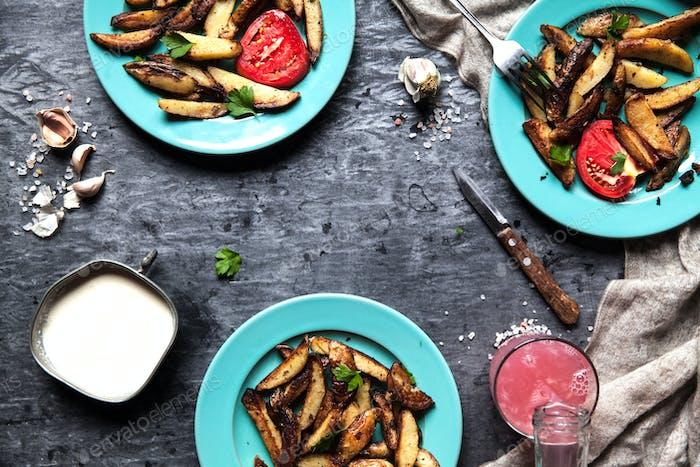 Bratkartoffeln in beryuzovyh Platten. Sauce, trinken, Handtuch