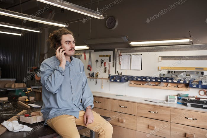 Carpintero hablando por teléfono