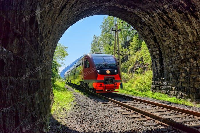 Ein Pendlerzug zieht in einen Tunnel