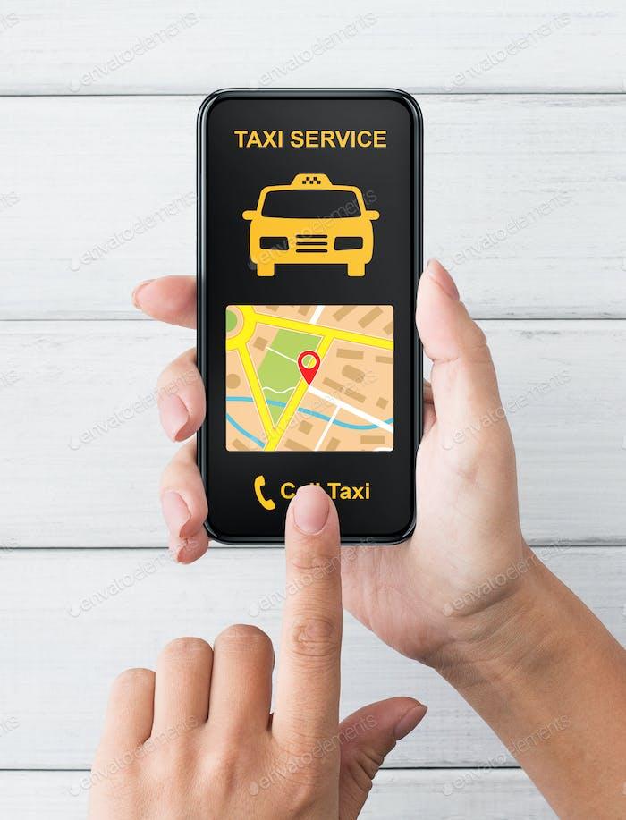 Weibliche Hand hält Smartphone mit Taxiapp Schnittstelle