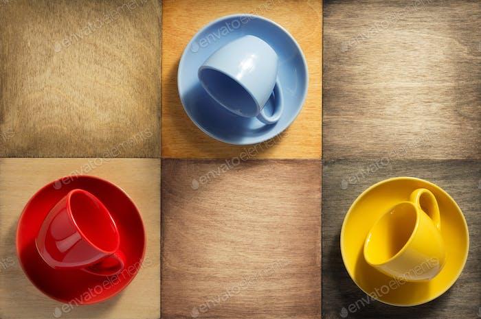 leere Tasse und Untertasse auf Holz