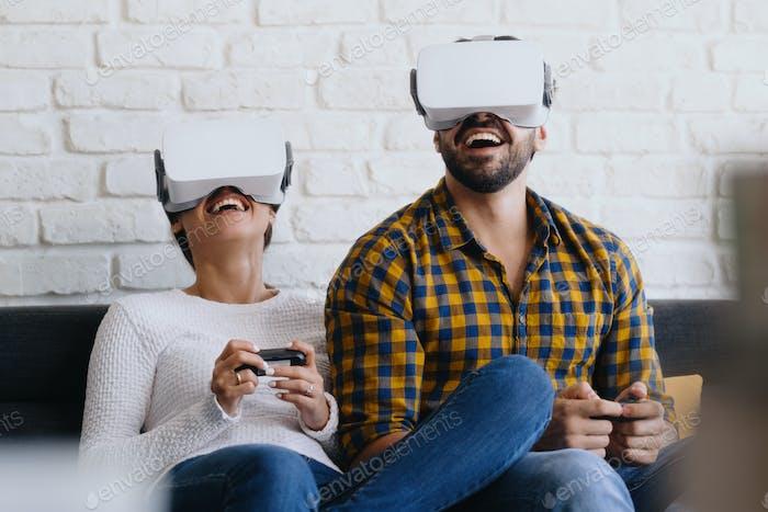 Pareja Jóvenes Jugando Con Realidad Virtual