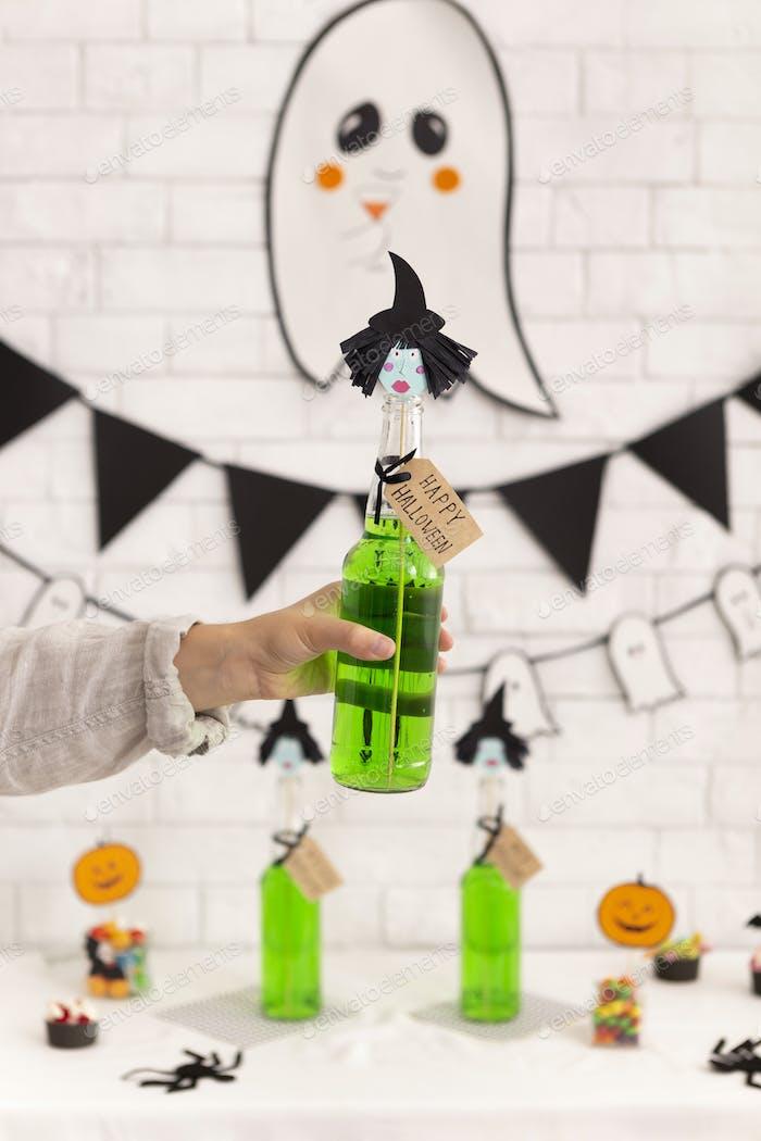 Frau hält grüne giftige Getränk in der Hand über Hintergrund