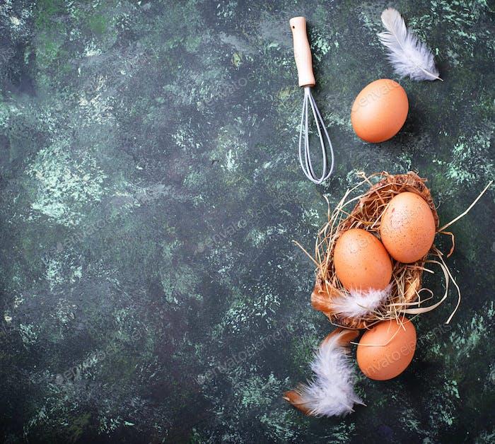Rohe Hühnereier und Schneebesen